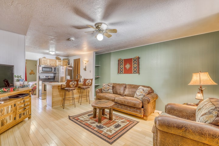 Pleasant condo with free WiFi, full kitchen, resort access, and gas fireplace!