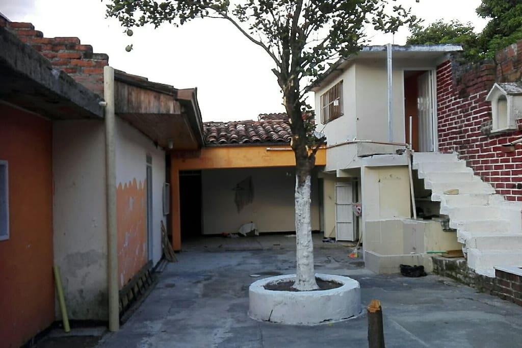 Es una casa muy segura y bien amañadora muy fresca pues cartago es tierra caliente promedio 30grados