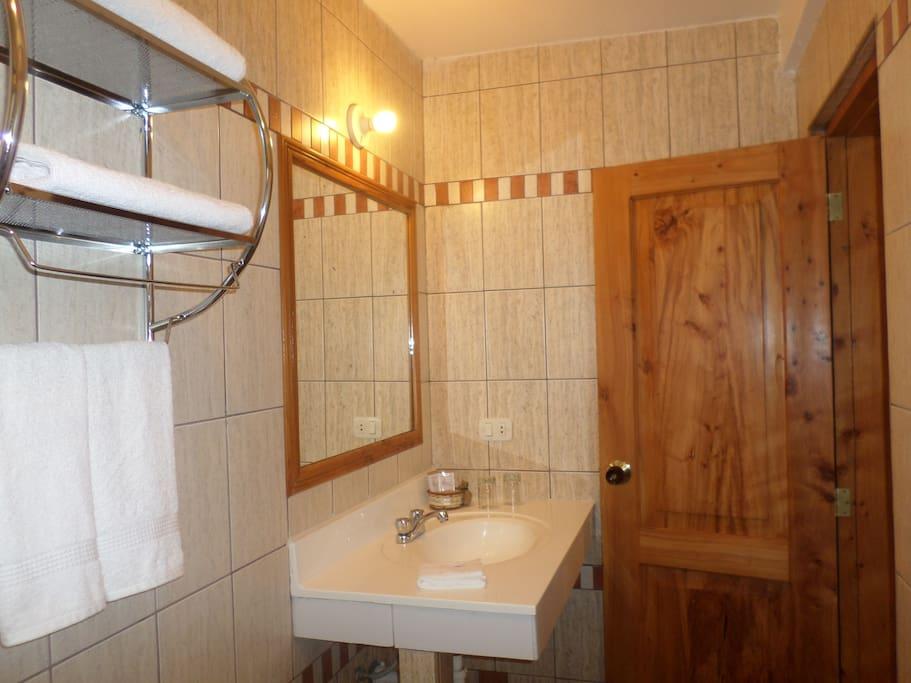 Baños completamente equipados en todas las habitaciones.