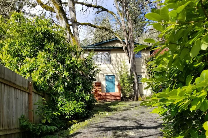 ★Private Hideaway★ close to U of O hiking & biking