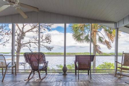 Escape to our cabin on the estuary!
