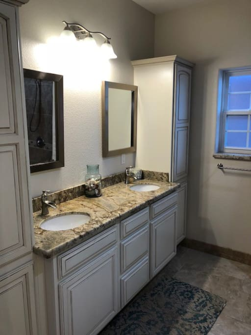 Double sink, granite countertops