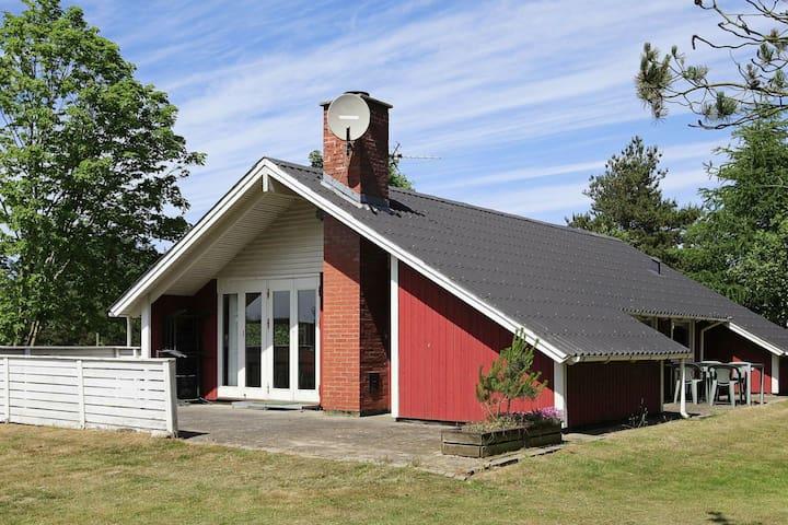 Gemütliches Ferienhaus in Oksbøl mit Innenwhirlpool
