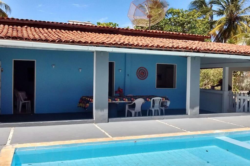 Área da piscina e entrada da casa.