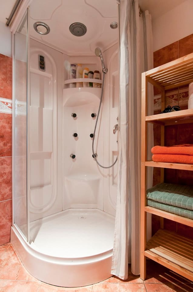 Towels, sheets, body soap and shampoo provided