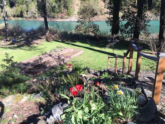 River and Redwoods Retreat - Crescent City - Huoneisto