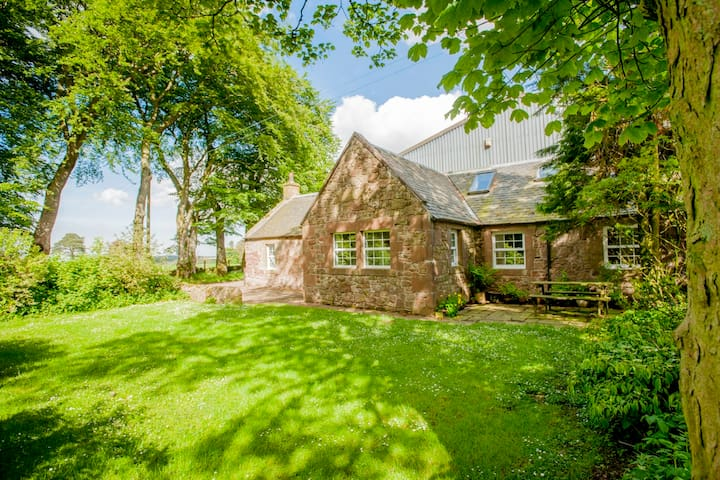 Detached 4 STAR farm cottage 18 miles to Edinburgh