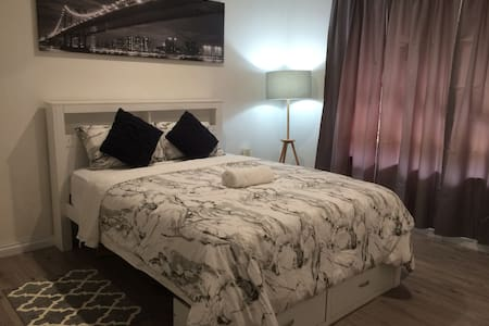 Beautifully furnished queen room, AC, Prkng