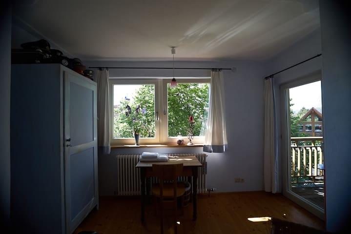 Das blaue Schlafzimmer mit kleinem Balkon
