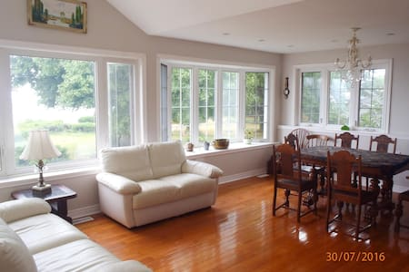 Lake front home in Niagara region - Grimsby
