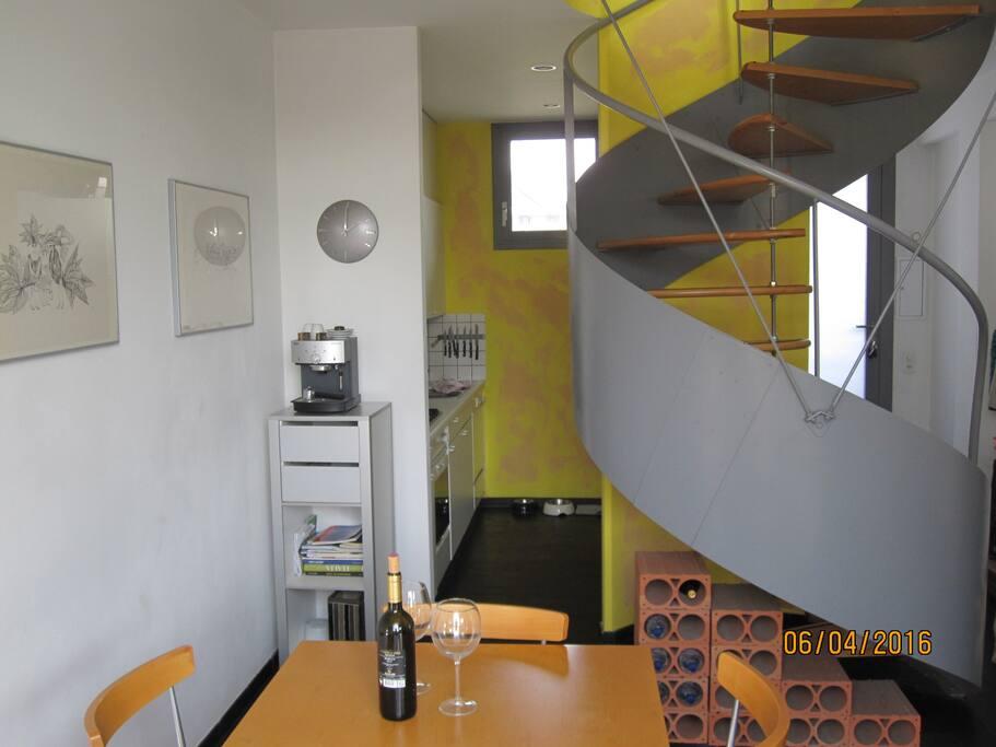 Cucina con scala al piano superiore