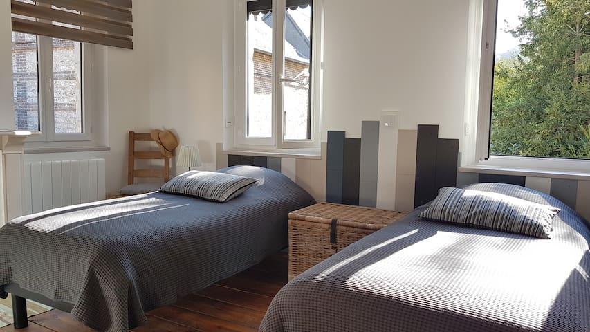 Chambre 2 : 3 couchages, possibilité de joindre ces 2 lits pour faire un lit double