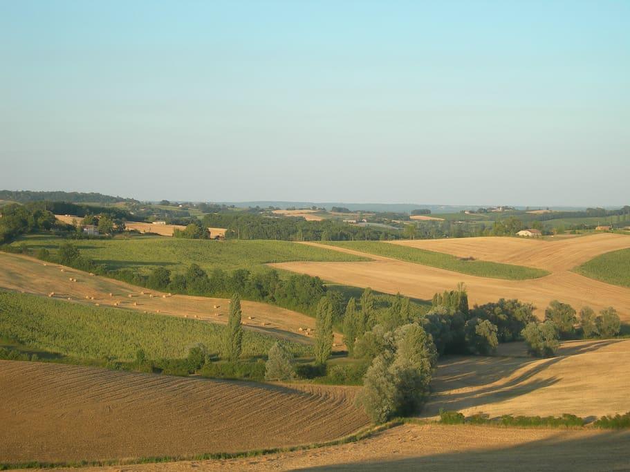 Vue sur les collines du Quercy, depuis la fenêtre de la cuisine.