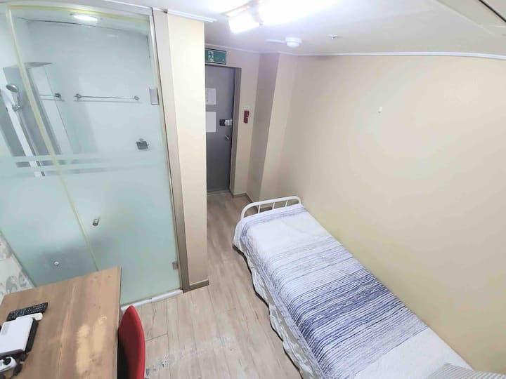 TB5 Private room with Private bath,shower,aircondi
