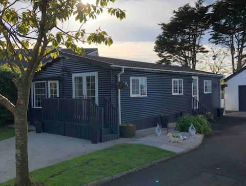 Delightful 3 bed Log Cabin, close to the beach.