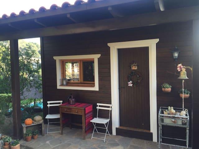 CASA DE MADERA EXCELENTE ENTORNO PARA FAMILIAS - Castellar del Vallès - Bungalow