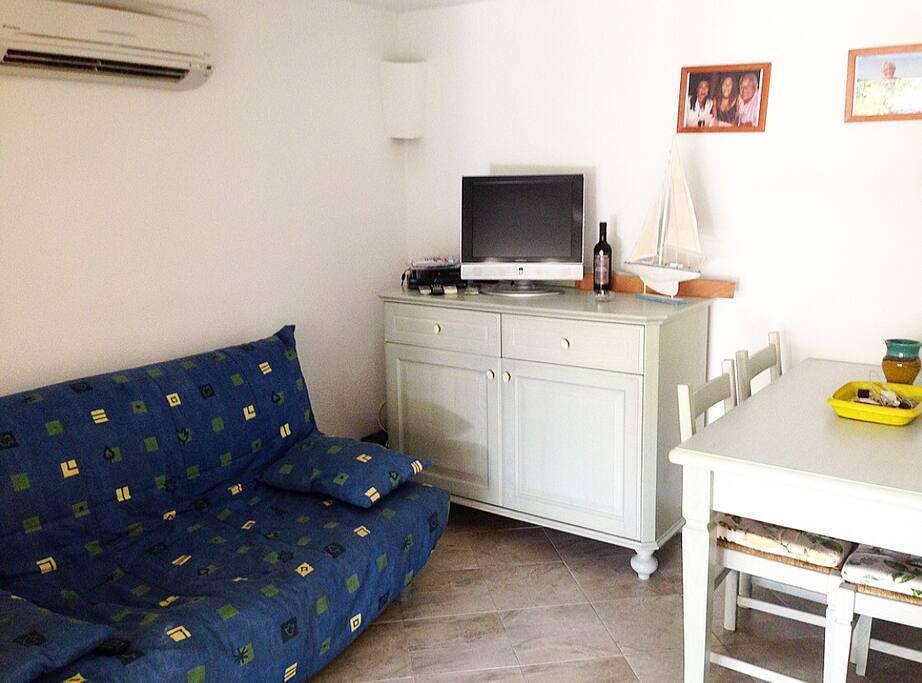 Salone con divano letto 2 posti, televisione e aria condizionata