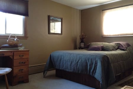 Room with Queen Bed - Appleton - Hus