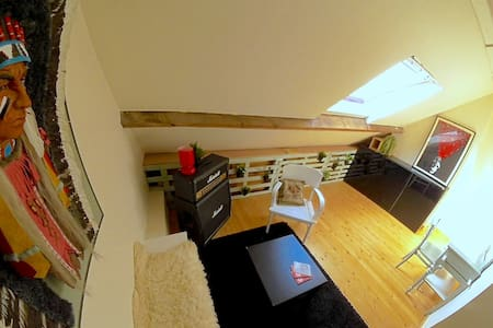 Cosy attic bedroom + 2 bikes and breakfast - Gent - House