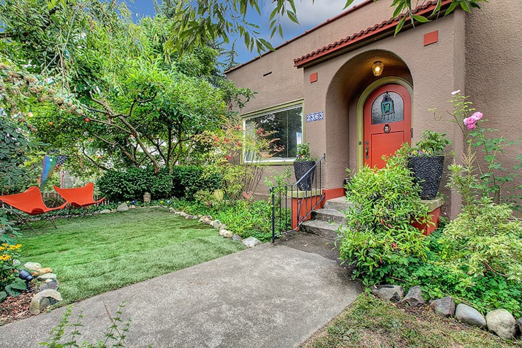 home sweet home - all 10 min from downtown Seattle or walk to light rail, Lake Washington, parks and cafes