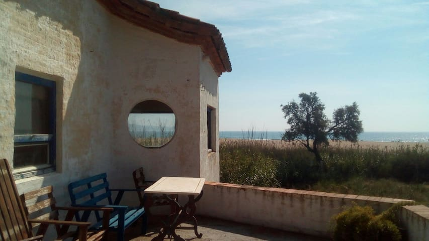 Maison entière devant la mer dans le parc naturel
