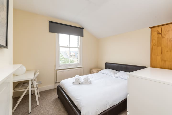 A wonderful single bedroom in Cromford Road by Allô Housing
