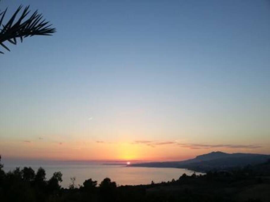 Vista del golfo dalla villa al tramonto