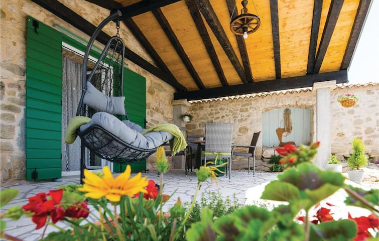 Holiday Home Stone Wall - Villa with Garden, 5 pax