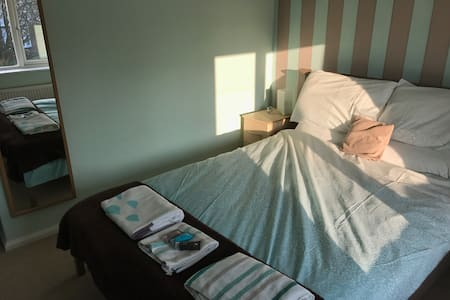 Double bedroom in a private house - Culcheth - Casa
