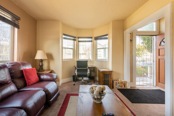 Plush West Oakland Flat - Minutes from BART and SF