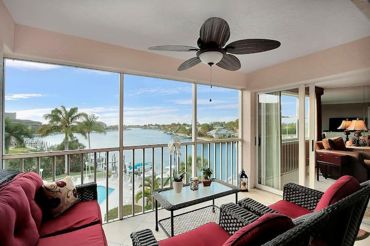 Waterfront condo w/ heated pool & short walk to Resident's Beach