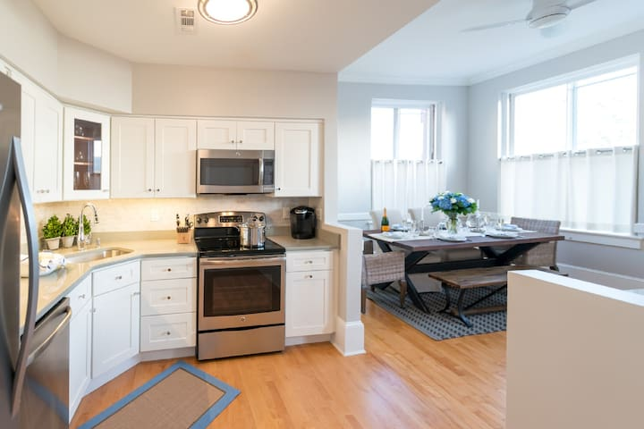 Gorgeous Condo w/Roof Deck, Harbor Views on Thames