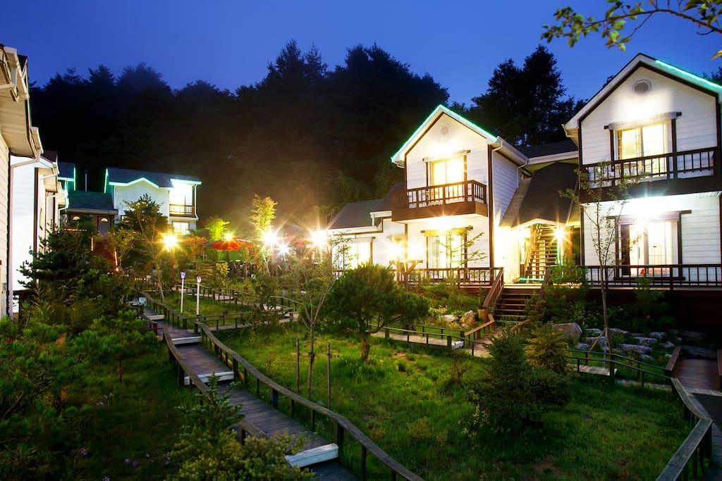 아늑하고, 정원이 있는 커플룸과 패밀리 하우스 입니다