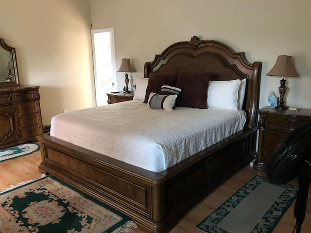 Spacious Master bedroom suite 10 miles to capitol