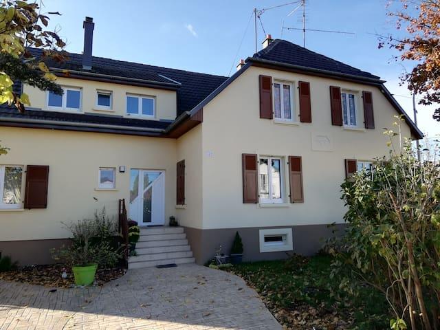 Appartement autonome équipé dans grande maison