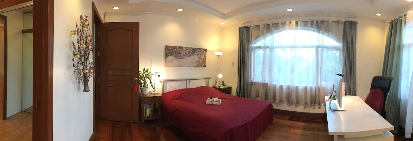 PRIVATE room in VILLA with POOL in Alabang