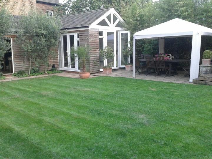 Tranquil garden studio in Kingston upon Thames.