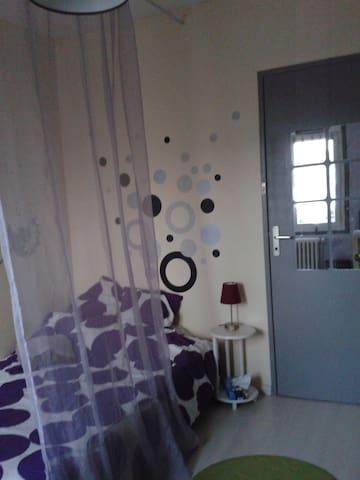 Chambre dans maison quartier proche centre ville - Parthenay - House
