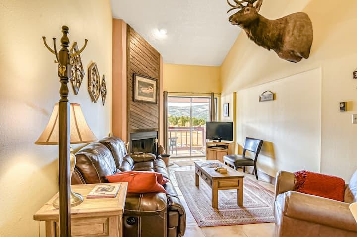 Two-story condo w/ private balcony & mtn views - lift & lake access