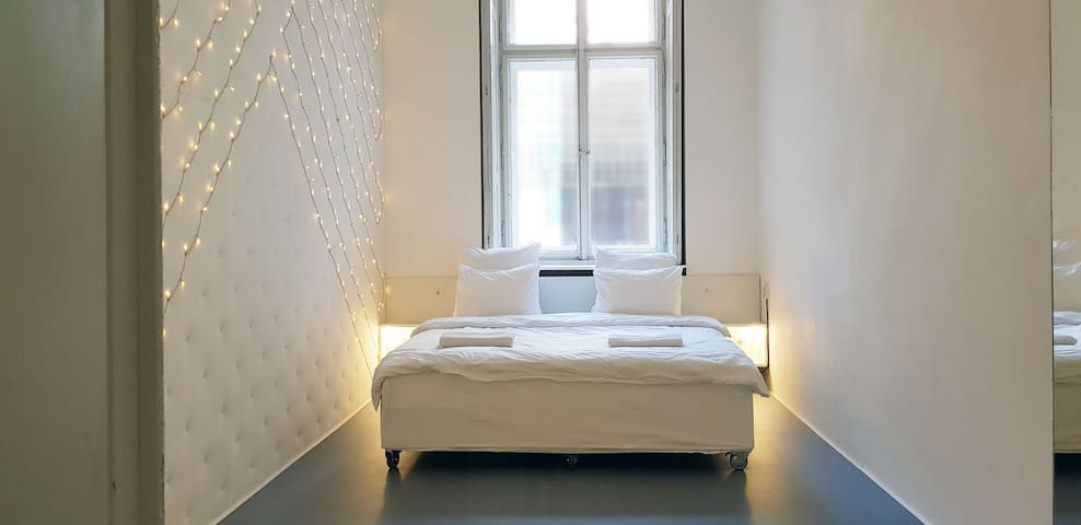 *DISCOUNT* DOWNTOWN PRAGUE Minimalist Room