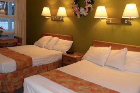 ROOM WITH TWO BEDS IN LAKE GEORGE VILLAGE/
