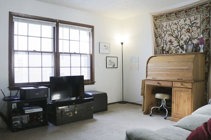 Cozy Downtown Apartment Near KU