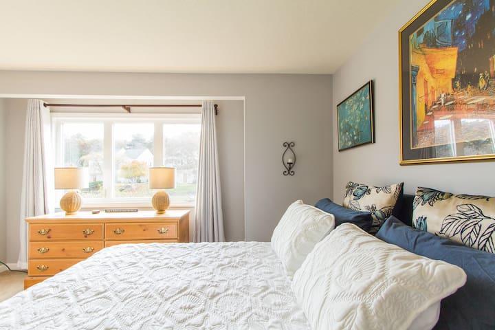 Bedroom 2: Twin Bed and Queen Bed