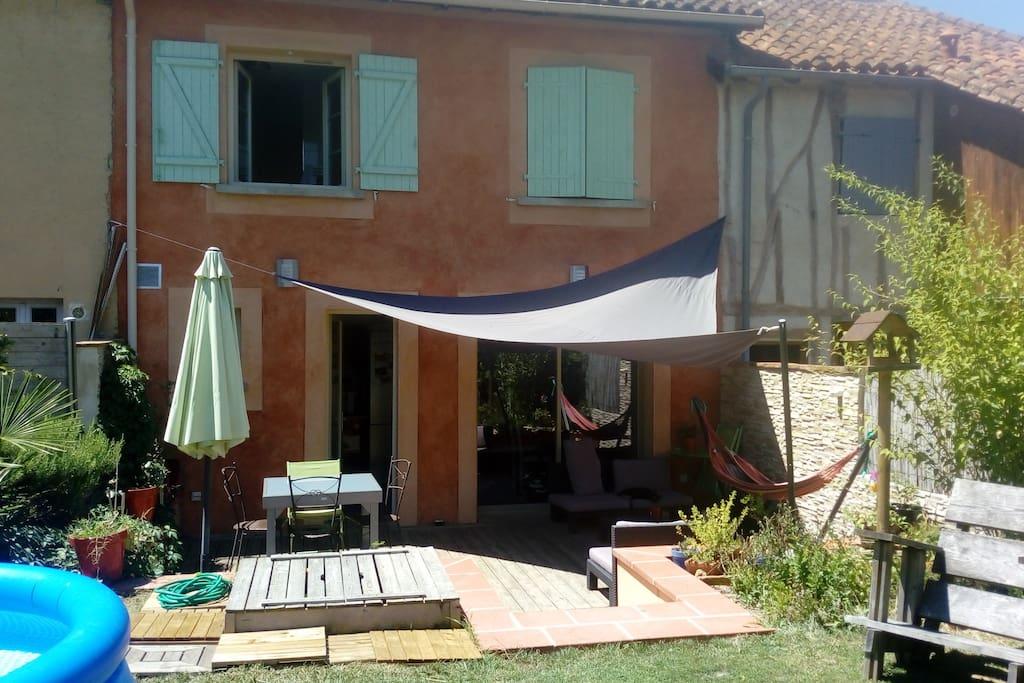Terrasse avec salon de jardin et table 4-8 personnes