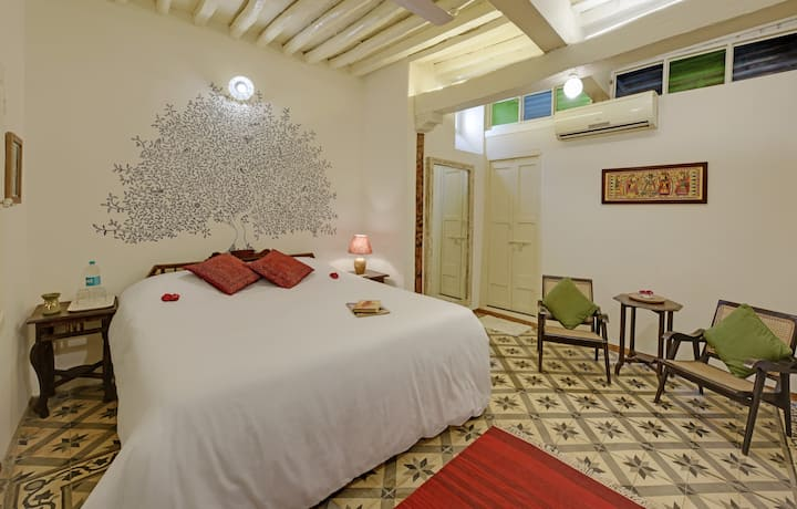 Boutique double room in 150 year old Heritage Home