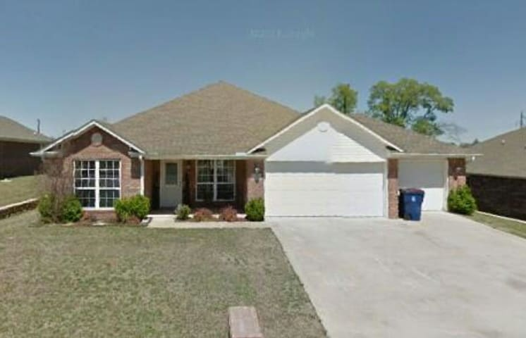 Quiet home in subdivision - Fort Smith - Casa