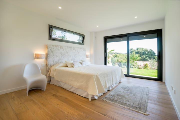 Dormitorio principal, con cama de 2x2m, amplios ventanales con mosquiteras y persianas eléctricas