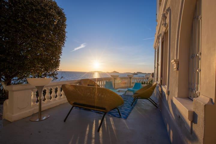 Sumptuous villa front sea