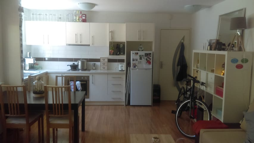 Cheap and simple flat in carlton north - Carlton North