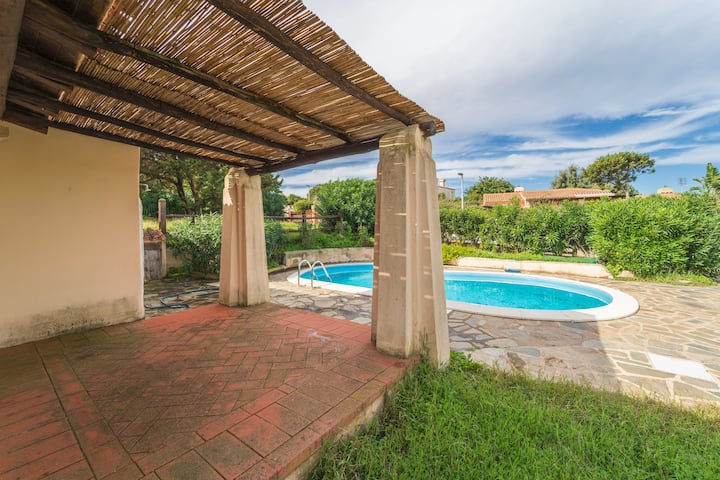 """Cosy """"Villa Rosa"""" close to the Sea with Wi-Fi, Balcony, Garden & Pool; Parking Available, Pets Allowed"""